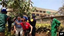 肯尼亚首都内罗毕一处高档购物中心遭到袭击,警察和其他人员帮助顾客逃离现场。(2013年9月21日)
