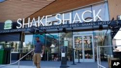Một cừa hàng Shake Shack đối diện khách sạn New York-New York ở Las Vegas trong tấm ảnh chụp ngày 10/8/2016. Công ty quản lý chuỗi cửa hàng của Mỹ trên toàn thế giới vừa trả lại khoản vay 10 triệu USD mà chính phủ dành cho doanh nghiệp nhỏ trong đại dịch COVID-19.