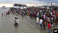 2014年8月4日孟加拉国东部人们聚集在客运渡轮渡船沉没岸边