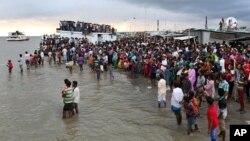 Warga menunggu di tepi Sungai Padma, pasca tenggelamnya kapal feri di Munshiganj, Bangladesh tengah (4/8).