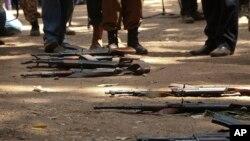 Des armes ayant appartenu à des enfants soldats gisent au sol lors d'une cérémonie de libération, où ils ont déposé leurs armes et échangé leurs uniformes pour revenir à une «vie normale», à Yambio, au Soudan du Sud, le 7 février 2018.