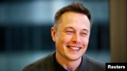 Elon Musk, Chief Executive of Tesla Motors and SpaceX, smiles during the Reuters Global Technology Summit in San Francisco June 18, 2013. REUTERS/Stephen Lam (UNITED STATES - Tags: BUSINESS SCIENCE TECHNOLOGY TRANSPORT) - RTX10SOT