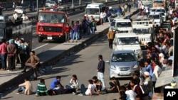 지난 21일 인도 하리아나 주 고속도로에서 주민들이 길을 막고 하층민 정부고용 우대 정책에 항의하는 시위를 벌이고 있다.