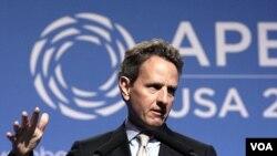 Menteri Keuangan AS, Timothy Geithner berbicara kepada media di sela-sela pertemuan para Menteri Keuangan APEC di Honolulu, Hawaii (10/11).