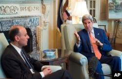 ລັດຖະມົນຕີ ຕ່າງປະເທດ ສະຫະລັດ ທ່ານ John Kerry (ຂວາ) ແລະ ລັດຖະມົນຕີ ຕ່າງປະເທດ ຊາອຸດີ ອາຣາເຍບ ທ່ານ Adel bin Ahmed Al-Jubeir (ຊ້າຍ)