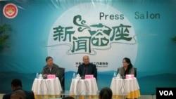 中国记协新闻茶座会上 廉湘民对外国记者不能进藏进行解释(东方拍摄)