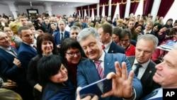 Demokratik inqilabdan sonra hakimiyyətə gəlmiş Petro Poroşenko rəy sorğularında axsayır.