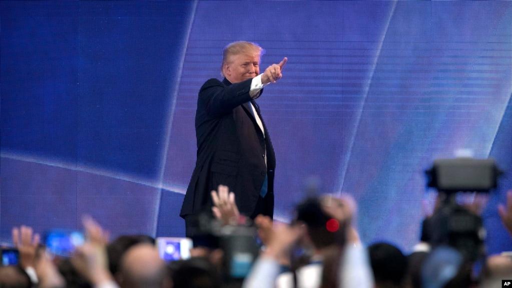 Tổng thống Mỹ Donald Trump chỉ về phía khán giả sau khi phát biểu tại hội nghị thượng đỉnh CEO Hợp tác Kinh tế Châu Á-Thái Bình Dương tại Trung tâm Hội nghị Aryana ở Đà Nẵng, Việt Nam, ngày 10 tháng 11, 2017.