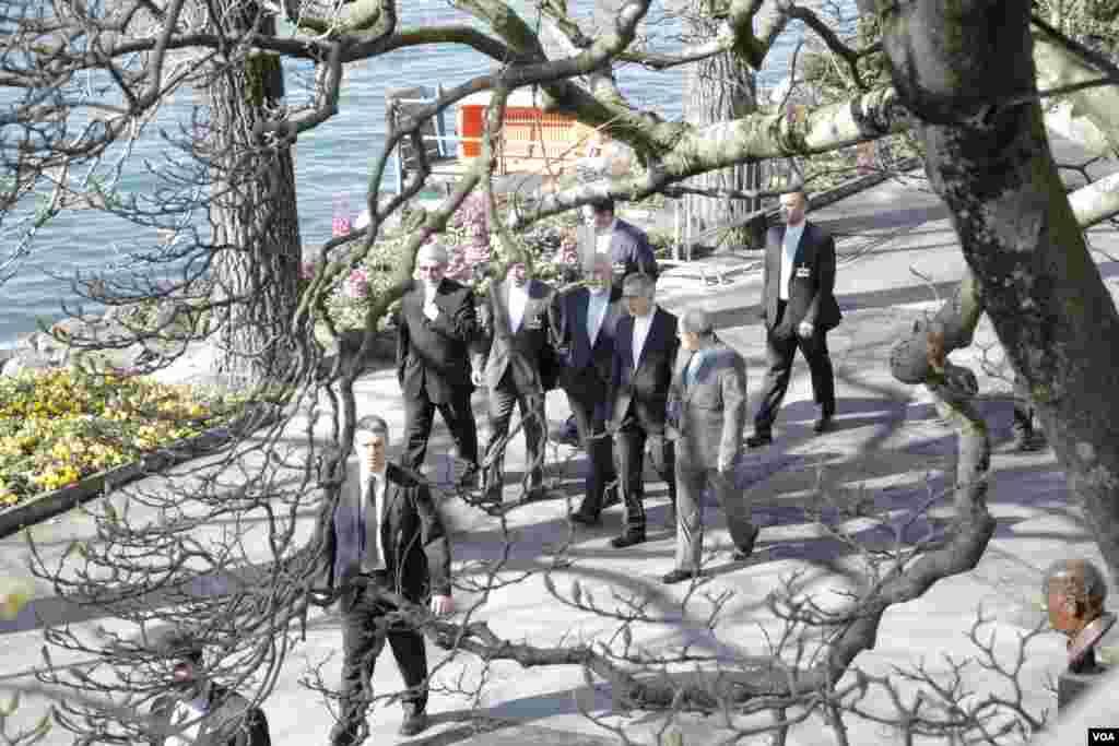 مذاکرات در هتل رویال پلازا در شهر منوترو سوییس و در مقابل دریاچهی زیبای لمان قرار دارد. محمد جواد ظريف بههمراه تیم خود برای استراحت و یا مشورتهای داخلی در کنار دریاچه قدم میزنند. عکس از: نيلوفر پورابراهيم