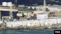Una imágen aérea de los reactores 1 a 4 (derecha a izquierda) de la planta de Fukushima Dai-ichi, la foto área fue tomada desde más de 30 kilómetros mar adentro.