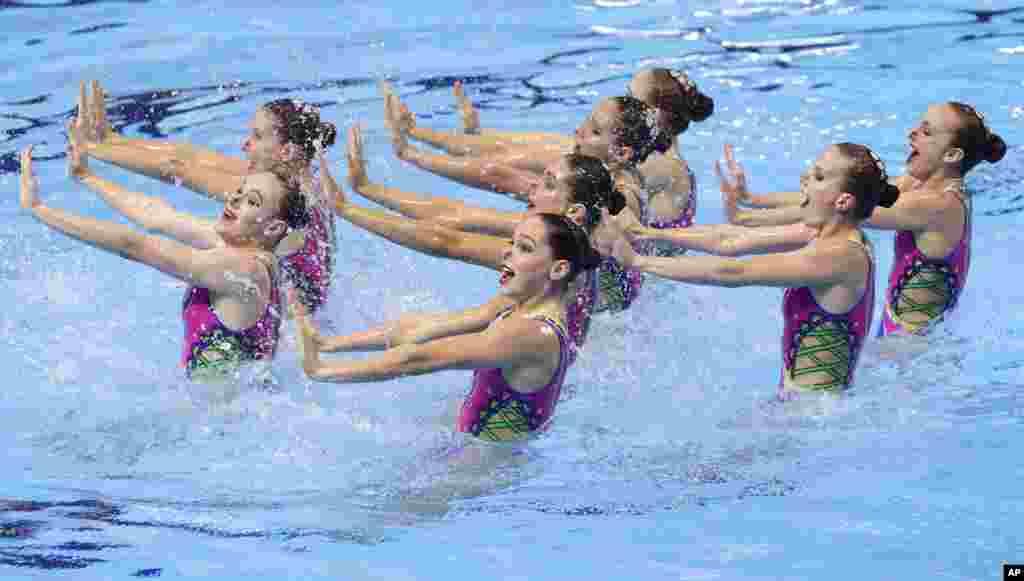 اجرای «شنای موزون» تیم روسیه در مسابقه جهانی شنا و شیرجه در کره جنوبی.