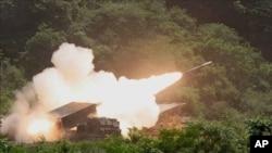 확산탄(집속탄)을 발사하는 다연장로켓포MLRS
