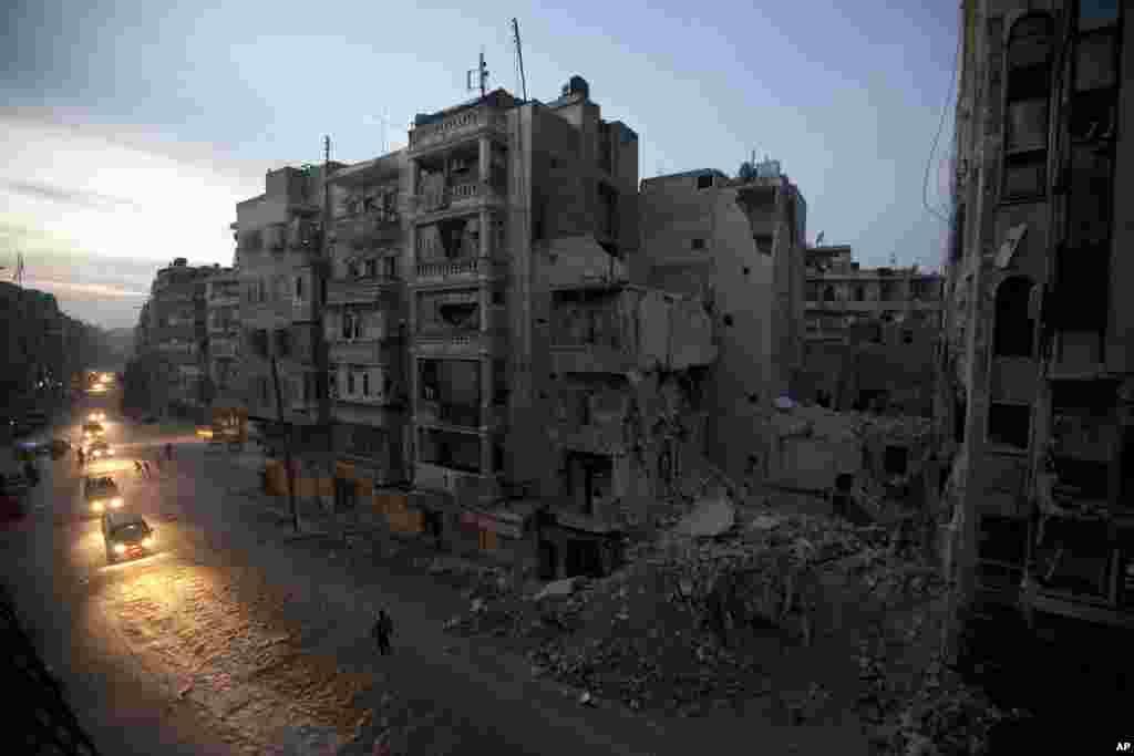 Cae la noche frente a las ruinas del hospital Dar Al-Shifa.