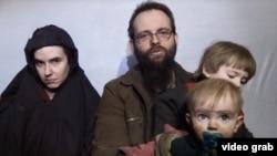 Caitlan Boyle, son mari et ses enfants lorsqu'elle était en captivité en Afghanistan.