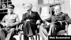 عکس تاریخی رهبران فاتح جنگ جهانی دوم، وینستون چرچیل بریتانیا، روزولت آمریکا و جوزف استالین اتحاد جماهیر شوروی روی ایوان سفارت شوروی در تهران. این عکس در ماههای پایانی ۱۹۴۳/ آذرماه ۱۳۲۲ گرفته شد.