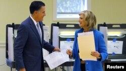 El candidato republicano Mitt Romney y su esposa Ann terminan de llenar sus papeletas de votación, en Belmont, Massachusetts, el 6 de noviembre.
