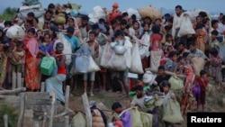 Người tị nạn Rohingya chạy khỏi Myanmar chờ đợi trong một đồng lúa để được băng qua biên giới ở Palang Khali, Bangladesh, ngày 9 tháng 10, 2017.