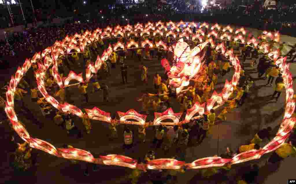 2018年3月1日,在中国浙江省云和县,元宵节前,人们舞龙灯。2018年3月2日是中国元宵节,也叫灯节,英文是 Lantern Festival (灯笼节)。