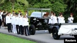Vệ binh danh dự đi cạnh quan tài của cố Thủ tướng Singapore Lý Quang Diệu, ngày 25/3/2015.