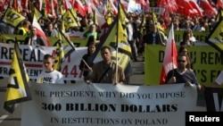 Učesnici protesta u Varšavi zbog američkog pritiska na Poljsku da plati odštetu jevrejskim porodicama za imovinu koju su izgubili tokom Holokausta.