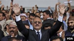 Presiden Yaman, Ali Abdullah Saleh dalam pawai bersama para pendukungnya di ibukota Sanaa.