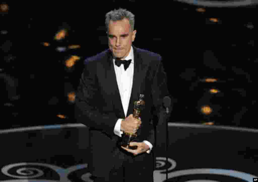 """Daniel Day-Lewis menerima penghargaan sebagai aktor terbaik untuk film """"Lincoln"""" pada Academy Awards ke-85 di Dolby Theatre, Los Angeles (24/2). (AP/Chris Pizzello/Invision)"""