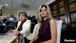 "Summer Zervos, mantan peserta acara televisi ""The Apprentice,"" bersama pengacaranya Gloria Allred (kiri), dalam konferensi pers mengenai serangan seksual oleh Donald Trump di Los Angeles (14/10). (Reuters/Kevork Djansezian)"