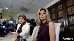 """電視真人秀""""飛黃騰達""""的女學員薩默·澤沃斯(右)2016年10月14日在洛杉磯的一個新聞發布會上講述川普對她的行為不端事件。"""