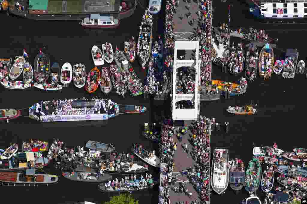 این عکس از بالا از پلی در شهر آمستردام همزمان با رژه همجنسگرایان در هلند است.