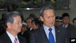 日本防衛相北澤俊美,在首爾受到南韓國防部長金寬鎮的歡迎。