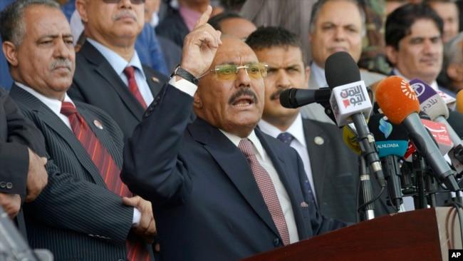 El expresidente yemení Ali Abdullah Saleh habla durante una ceremonia para celebrar los 35 años de la fundación de partido Conferencia Popular en Saná, Yemen, el 24 de agosto de 2017.