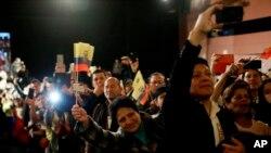 En Ecuador, los votantes también se pronunciarán sobre una consulta popular impulsada por el Ejecutivo, que busca prohibir a los servidores públicos tener dinero o bienes en paraísos fiscales.
