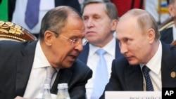 Tổng thống Nga Vladimir Putin, phải, và Ngoại trưởng Nga Sergey Lavrov tại Hội nghị Thượng đỉnh CIS ở Kyrgyzstan, ngày 17/09/2016.