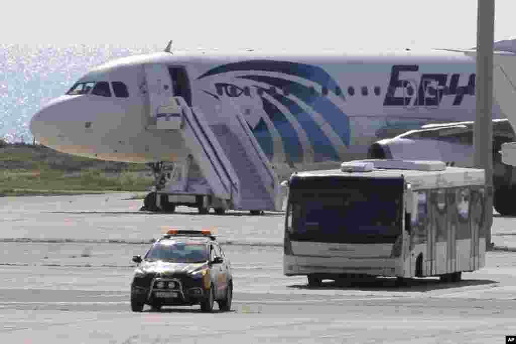 مصر کی قومی فضائی کمپنی ایجپٹ ایئر کے اغوا ہونے والے ایک طیارے کے بیشتر مسافروں کو قبرص میں طیارہ اترنے کے بعد رہا کرا لیا گیا ہے۔