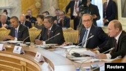 바락 오바마 미국 대통령이(왼쪽) 5일 러시아에서 개막한 G20 정상회의에서, 블라디미르 푸틴 러시아 대통령(오른쪽)의 개회 연설을 듣고 있다.