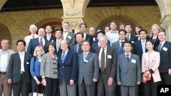 미국 캘리포니아주 스탠퍼드대 아시아.태평양연구소 앞에서 기념 촬영을 하는 북한 경제대표단 일행과 대학 내 대북 전문가들(자료사진)