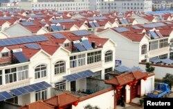 Các tấm pin mặt trời được nhìn thấy trên các mái nhà ở Liên Vân Cảng, tỉnh Giang Tô, Trung Quốc.