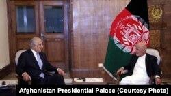 زلمے خلیل زاد منگل کو کابل پہنچے تھے جس کے بعد انہوں نے صدارتی محل میں صدر غنی سے ملاقات کی تھی۔