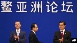 2011年4月日本首相福田康夫(中),中国国家主席胡锦涛(右)和俄罗斯总统梅德韦杰夫(左)在博鳌论坛上。