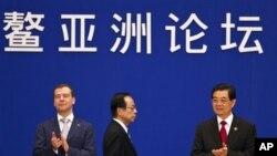 中国国家主席胡锦涛(右)和俄罗斯总统梅德韦杰夫(左)及日本前首相福田康夫在博鳌论坛上