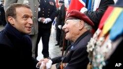 Президент Франции Эмманюэль Макрон поздравляет ветеранов Второй мировой