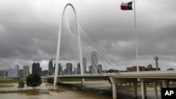 El río Trinity fluye amenazadoramente bajo el puente Hunt Hill en Dallas.