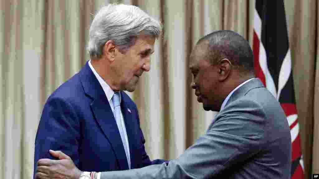Le secrétaire d'Etat américain John Kerry, est accueilli par le président kényan Uhuru Kenyatta avant leurs entretiens bilatéraux à la State House, Nairobi, le 22 août 2016.