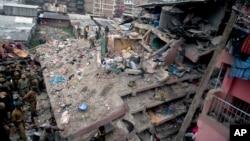 Nhân viên cảnh sát và các nhà Hoạt động xã hội Thanh niên Quốc gia Kenya tìm kiếm người sống sót ở hiện trường vụ sập cao ốc ở Nairobi, Kenya, ngày 30 tháng 4 năm 2016.