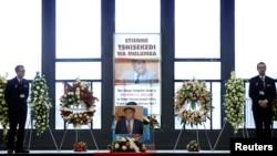 Des agents de sécurité assurent la protection du cercueil d'Etienne Tshisekedi, lors d'une cérémonie en son honneur, à Bruxelles, en Belgique, le 5 février 2017.
