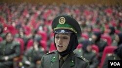 Para lulusan baru akademi militer Afghanistan dalam acara wisuda di Kabul. Afghanistan menyatakan siap mengambil alih tugas-tugas keamanan dari pasukan asing.
