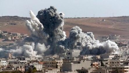 Cột khói dày đặc bốc lên sau một cuộc không kích của liên minh do Mỹ dẫn đầu tại Kobani, ngày 22/10/2014.