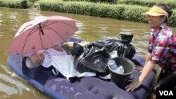 Wanita lansia dievakuasi dari wilayah banjir di Don Muang, Bangkok, Thailand (23/10). Diperkirakan banjir Bangkok baru akan surut sebulan lagi.