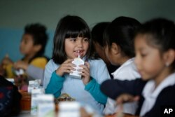 Hình minh họa - Sự bùng nổ sản phẩm sữa đã khuyến khích các chính phủ đưa sữa đến lớp học.