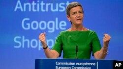 La comisaria de competencia de la UE, Margrethe Vestager, explica en conferencia de prensa la multa impuesta a Google.
